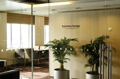 Klasseen-Geschäfts-Aufenthaltsraumbereich im Flughafen Lizenzfreie Stockfotos