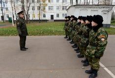 Klassen in boor in de kadetkorpsen van de politie Stock Fotografie