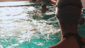Klassen in het zwemmen in de pool stock videobeelden
