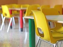 Klassenzimmer mit Stühlen und Tabellen im Kindergarten lizenzfreies stockbild
