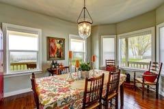 Klassiek Amerikaans die het dineren gebied met keuken wordt verbonden stock afbeelding