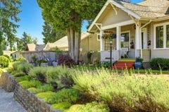 Klassiek Amerikaans huis buiten met landschap Royalty-vrije Stock Foto