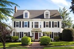Klassiek Amerikaans huis in de voorsteden Royalty-vrije Stock Afbeeldingen