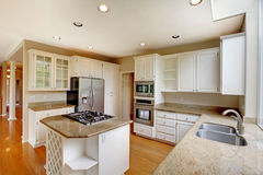 Klassiek Amerikaans keukenbinnenland met witte kabinetten en ingebouwde roestvrij staalkoelkast Royalty-vrije Stock Foto's