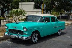 Klassiek Amerikaans parkeerterrein op straat in Havana, Cuba Stock Foto