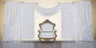 Klassiek binnenland met stoel en gordijnen Royalty-vrije Stock Foto