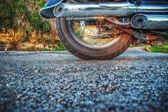 Klassiek die motorfietswiel van groun wordt gezien stock afbeelding