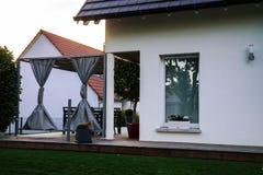 Klassiek familiehuis in klein Frans dorp stock foto
