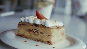 Klassiek Frans dessert millefeuille op een houten raad Napoleoncake op dienblad of lijst met cardamon, munt en een kop van koffie stock video