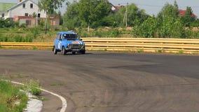 Klassiek Frans Renault 4 in sportwagen het rennen stock video