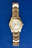 Klassiek gouden horloge op een blauwe achtergrond Royalty-vrije Stock Fotografie