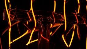 Klassiek het gloeien Edison lampclose-up op zwarte achtergrond een oude gloeiende bol steekt omhoog aan en gaat in close-up uit e stock video