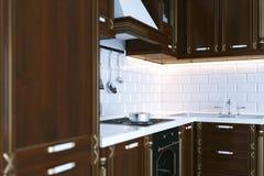Klassiek houten keukenmeubilair 3d het perspectief geeft terug Stock Afbeeldingen