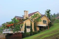 Klassiek huis op de heuvel Royalty-vrije Stock Afbeelding