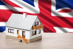 Klassiek huis tegen Britse vlag Stock Fotografie