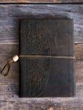 Klassiek Leer Verbindend Dagboekboek op een Oude Vloer van de Schuurraad rechtdoor Royalty-vrije Stock Afbeeldingen