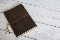 Klassiek Leer Verbindend Dagboekboek op een Witte Vloer van de Schuurraad dicht omhoog Stock Afbeeldingen