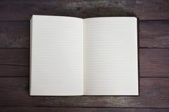 Klassiek Leer Verbindend Dagboekboek Open op een Oude Vloer van de Schuurraad Stock Fotografie