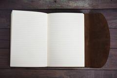 Klassiek Leer Verbindend Dagboekboek volledig Open op een Oude Vloer van de Schuurraad Royalty-vrije Stock Afbeeldingen