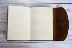 Klassiek Leer Verbindend Dagboekboek volledig Open op een Witte Vloer van de Schuurraad Royalty-vrije Stock Afbeeldingen