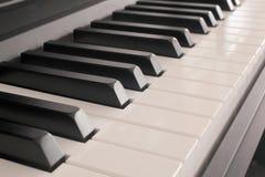Klassiek muziekconcept: sluit omhoog op een pianotoetsenbord stock foto's