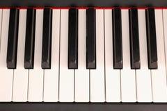 Klassiek muziekconcept: sluit omhoog op een pianotoetsenbord royalty-vrije stock foto