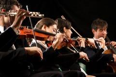 Klassiek muziekoverleg: symfonieorkest op stadium Stock Afbeeldingen