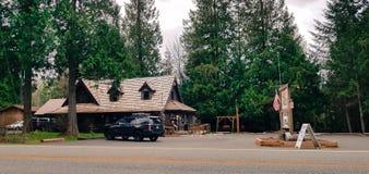 Klassiek ons Amerikaans wegrestaurant in het hout stock afbeelding
