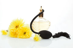 Klassiek oud parfum met gele bloemen. Stock Afbeeldingen