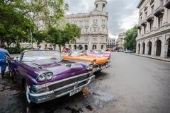 Klassiek parkeerterrein op straat in Havana, Cuba Stock Foto's