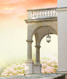 Klassiek portaal met kolommen en tuin Stock Foto's