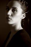 Klassiek portret van aantrekkelijke donkerbruine vrouw Royalty-vrije Stock Foto