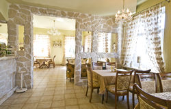 Klassiek restaurantbinnenland stock fotografie