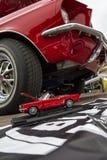 Klassiek retro Ford Mustang GT met miniatuurversie Stock Foto