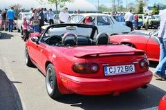 Klassiek rood Mazda mx-5 Na-Reeksen I (Mazda Miata) achtergedeelte Stock Fotografie