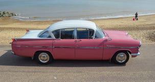 Klassiek Roze & Wit die Vauxhall Cresta op strandboulevardpromenade wordt geparkeerd Royalty-vrije Stock Foto