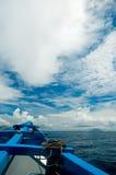 Klassiek schip onder wolken Stock Foto's