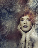 Klassiek, schoonheidsconcept, mooie donkerbruine vrouw met vlot Stock Foto