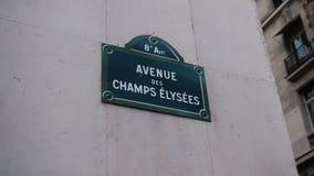Klassiek straatteken van Weg Champs Elysees of Hemelse die Gebieden op een huis in Parijs worden gevestigd frankrijk Geschoten me stock video