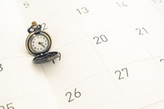 Klassiek uitstekend halsbandhorloge op kalenderdocument Royalty-vrije Stock Afbeeldingen