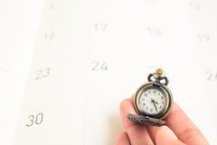 Klassiek uitstekend halsbandhorloge op kalenderdocument Stock Afbeelding