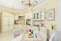 Klassiek van de stijlkeuken en eetkamer binnenland Royalty-vrije Stock Foto