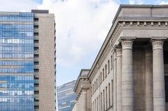 Klassiek versus de eigentijdse stijlen van de voorgevelsarchitectuur Stock Foto's