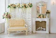 Klassiek Wit Binnenland van Woonkamer met Sofa And Armchair Near Fireplace royalty-vrije stock fotografie