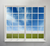 Klassiek wit venster met een mening royalty-vrije stock afbeeldingen