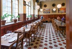 Klassiek Zweeds restaurant, bar en waterhole met houten meubilair en het eten van bezoekers Royalty-vrije Stock Foto's