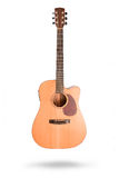 Klassieke akoestische die gitaar op een witte achtergrond wordt geïsoleerd Stock Foto