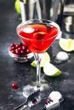Klassieke alcoholische cocktail kosmopolitisch met wodka, likeur, Amerikaanse veenbessap, kalk, ijs en oranje schil, grijze barte royalty-vrije stock fotografie