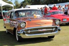 Klassieke Amerikaanse die auto op gazon wordt gedreven Stock Afbeelding