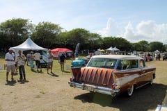 Klassieke Amerikaanse die auto op gazon wordt gedreven Royalty-vrije Stock Afbeeldingen